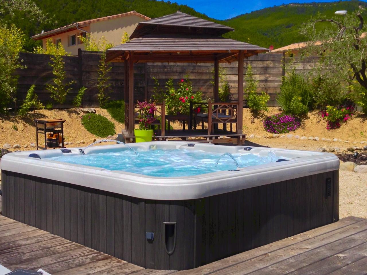venez vous d tendre dans un jardin fleuri et arbor vous rafraichir dans la piscine et dans le. Black Bedroom Furniture Sets. Home Design Ideas